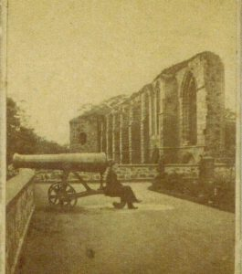 19th century photo of the gun in situ on the outshot